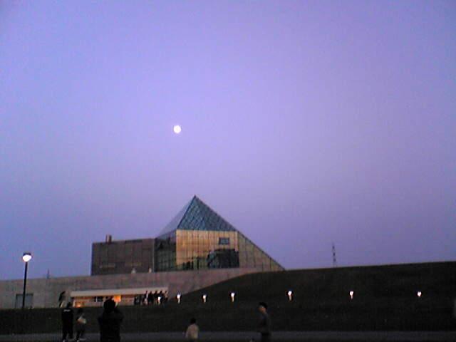 ピラミッドと月