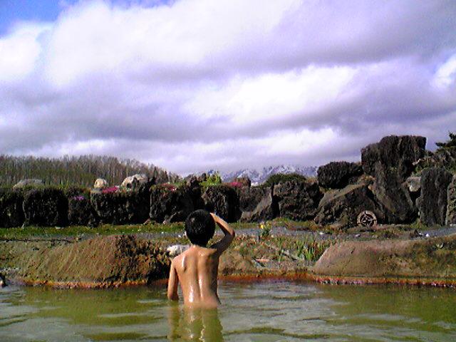 畑の中の露天風呂